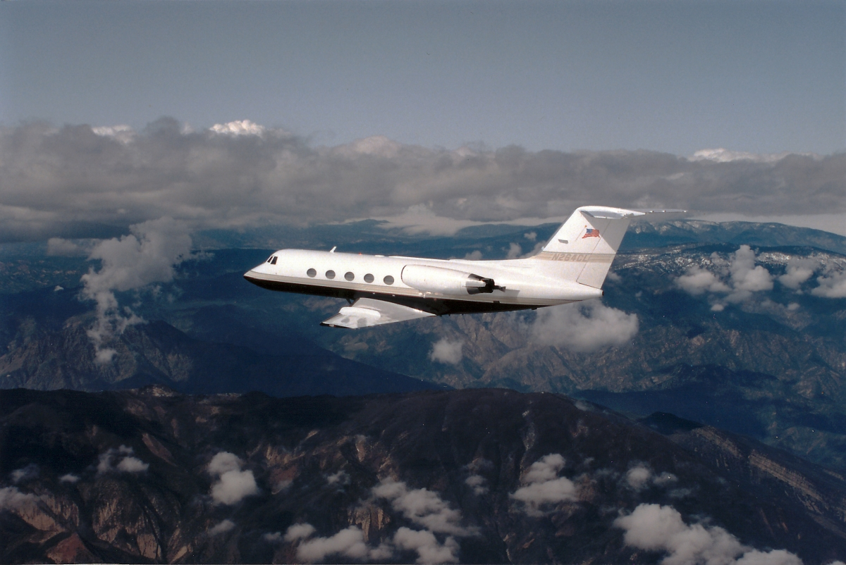 n264cl_gulfstream-g-ii59-sp_during-flight_over-some-mountains-and-cloudes_1