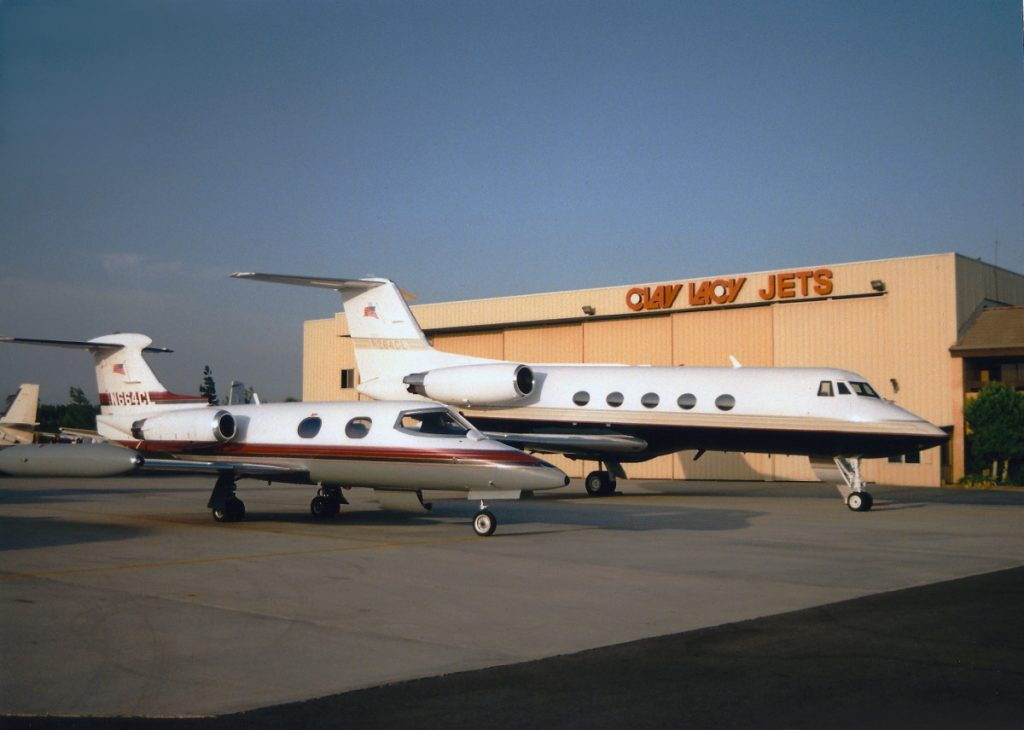 n664cl_learjet-24_september-81992_parked-next-to-a-%10n264cl_in-front-of-hanger-1_1-cleaned